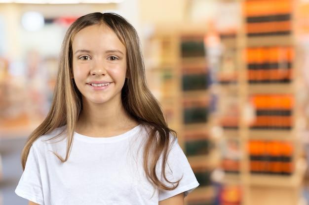 Portret uśmiechnięty szkolnej dziewczyny dziecko w klasie