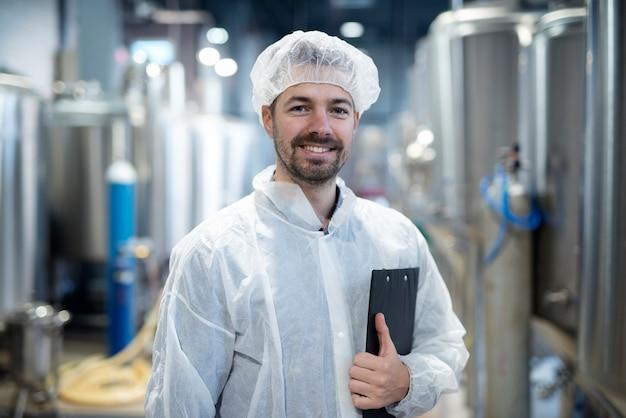 Portret uśmiechnięty technolog w zakładzie przemysłowym