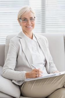 Portret uśmiechnięty terapeuta w biurze