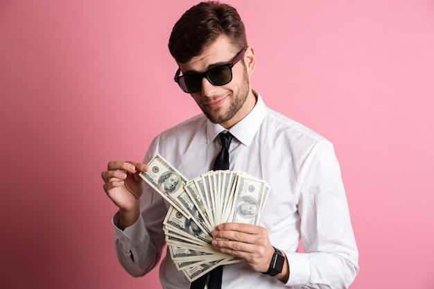 Portret uśmiechnięty ufny mężczyzna w okularach przeciwsłonecznych