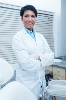 Portret uśmiechnięty żeński dentysta