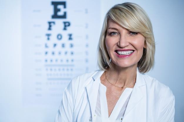 Portret uśmiechnięty żeński optometrist
