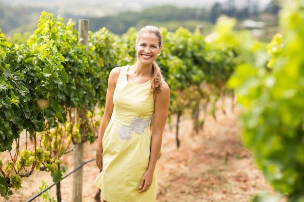 Portret uśmiechnięty żeński winiarz