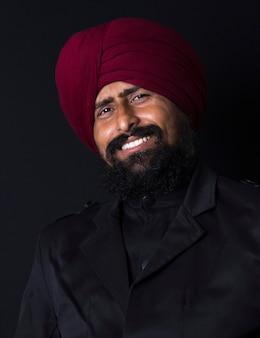 Portret uśmiechniętych autentycznych indiańskich pendżabskich sikhów w turbanie z krzaczastą brodą,