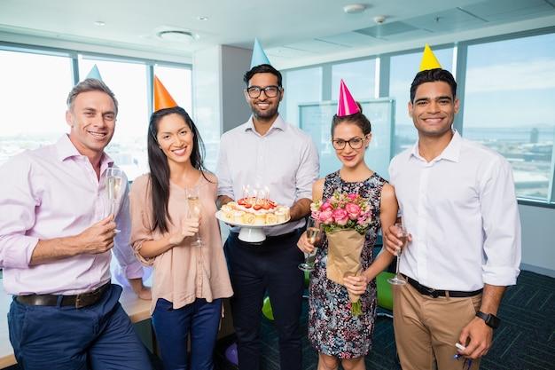 Portret uśmiechniętych kolegów z pracy obchodzi urodziny