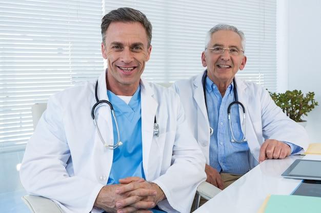 Portret uśmiechniętych lekarzy