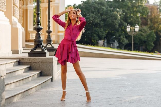 Portret uwodzicielskiej blond kobieta w eleganckiej jedwabnej sukni