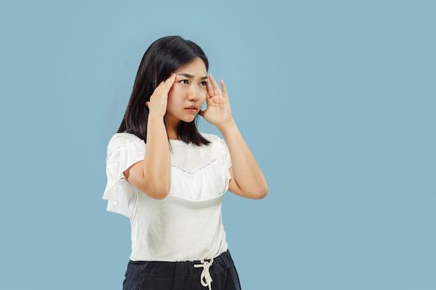 Portret w połowie długości koreański młodej kobiety na niebieskim tle