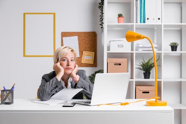 Portret w średnim wieku bizneswoman w biurze