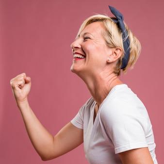Portret w średnim wieku kobieta w świętowania pozie