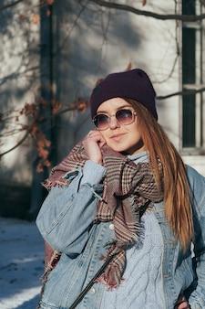 Portret w stylu ulicy ładna kobieta w ubranie