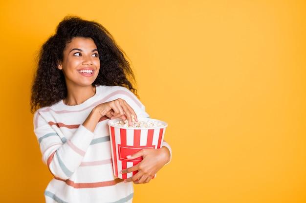 Portret wesoła funky podekscytowana dziewczyna korzystających z smacznego popcornu