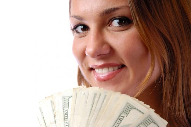 Portret wesoła młoda kobieta trzyma pieniądze banknotów