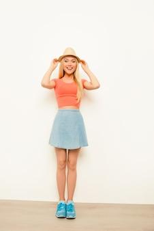 Portret wesoła szczęśliwa dziewczyna w kapeluszu lato