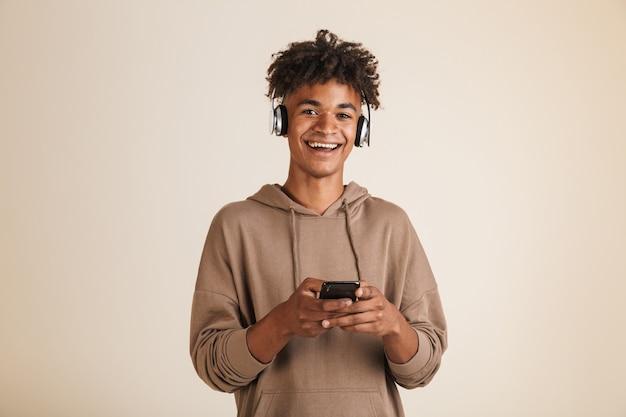 Portret wesołego młodego afroamerykańskiego mężczyzny