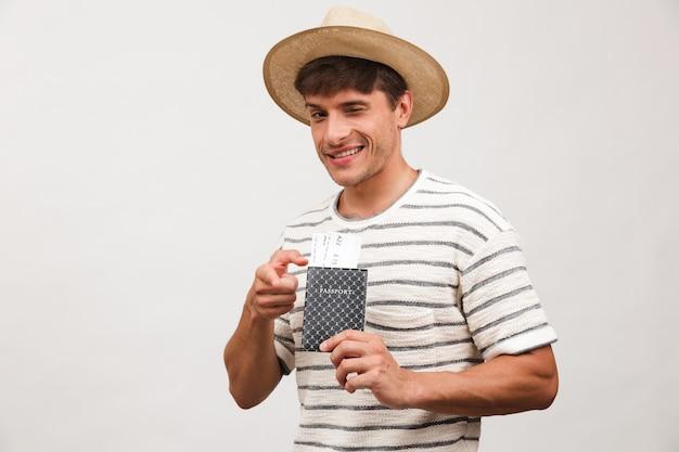 Portret wesołego młodzieńca w słomkowym kapeluszu
