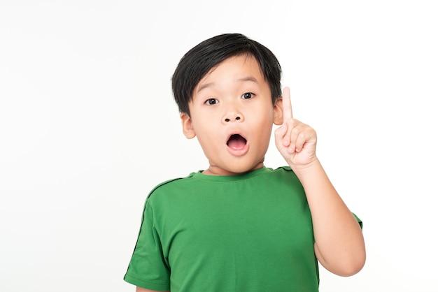 Portret wesołego słodkiego azjatyckiego chłopca z dobrym pomysłem