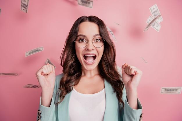 Portret wesołej dziewczyny cieszącej się prysznicem z podniesienia krzyku dolarów