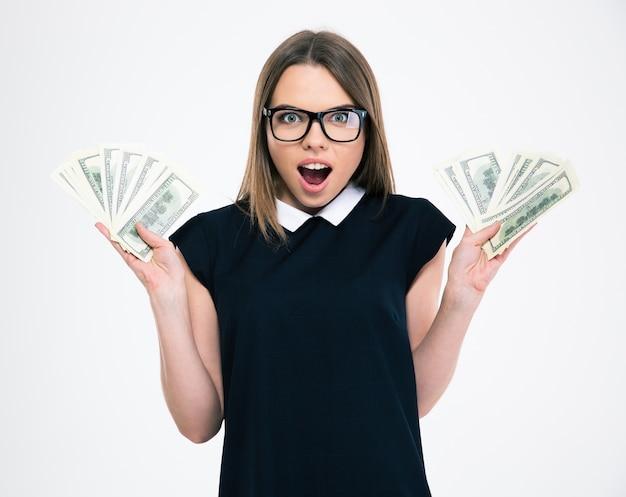 Portret wesołej kobiety trzymającej banknoty dolarowe na białym tle