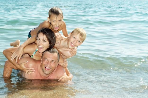 Portret wesołej rodziny świetnie się bawi