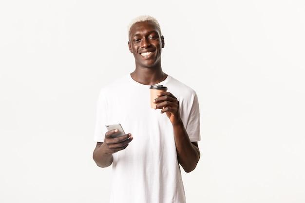 Portret wesoły afroamerykański mężczyzna pije kawę