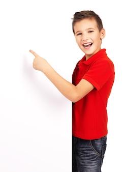 Portret wesoły chłopiec, wskazując na biały sztandar - na białym tle