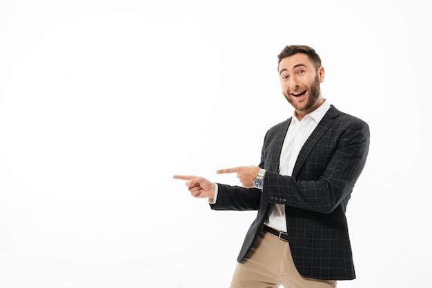 Portret wesoły człowiek szczęśliwy stojący