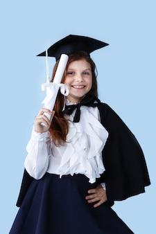 Portret wesoły dziewczynka w kasztana uśmiechnięty