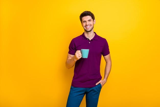 Portret wesoły facet pije espresso spędzając dzień dobry na białym tle