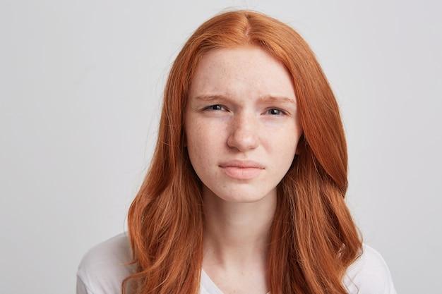 Portret wesoły figlarny młoda kobieta z długimi falowanymi rudymi włosami