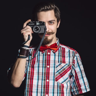 Portret wesoły fotografa w studio