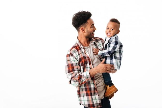 Portret wesoły młody człowiek afryki