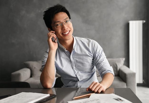 Portret wesoły młody człowiek azji