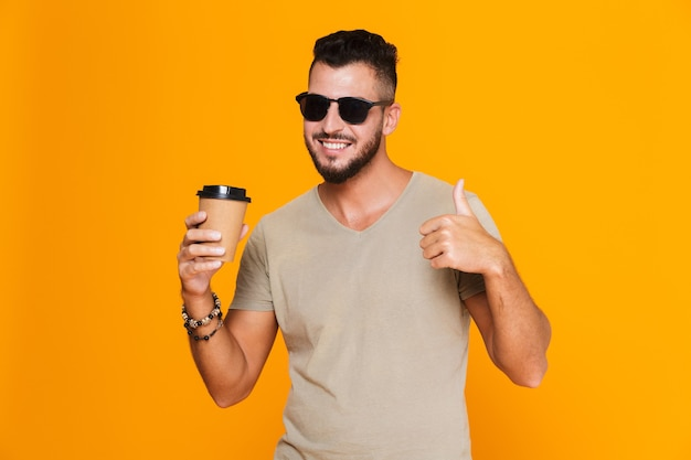 Portret wesoły młody człowiek dorywczo w okulary przeciwsłoneczne
