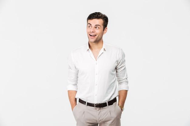 Portret wesoły młody człowiek w białej koszuli