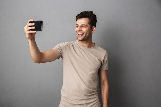 Portret wesoły młody człowiek w koszulce