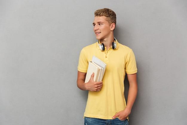 Portret wesoły nastoletniego chłopca ze słuchawkami