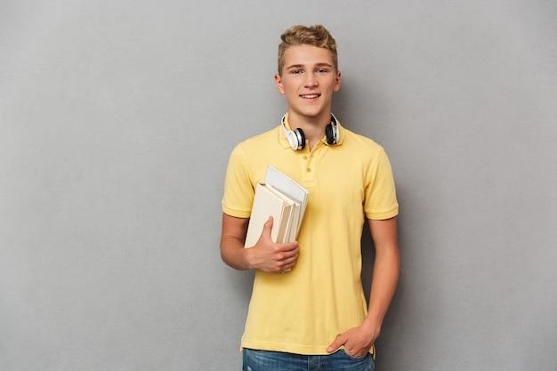Portret wesoły nastoletniego chłopca