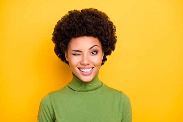 Portret wesoły pozytywny bardzo miły uśmiech kobiety ząb mruga mrugając.