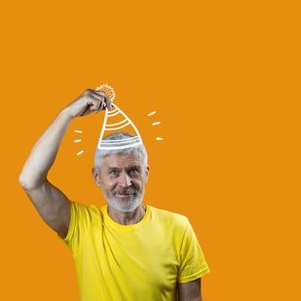 Portret wesoły siwowłosy mężczyzna z brodą i czapką na żółto