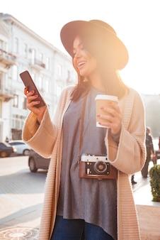 Portret wesoły uśmiechnięta kobieta sms-y