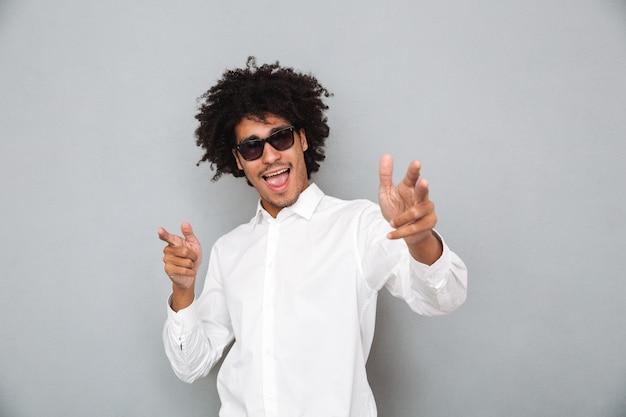 Portret wesoły uśmiechnięty mężczyzna afryki