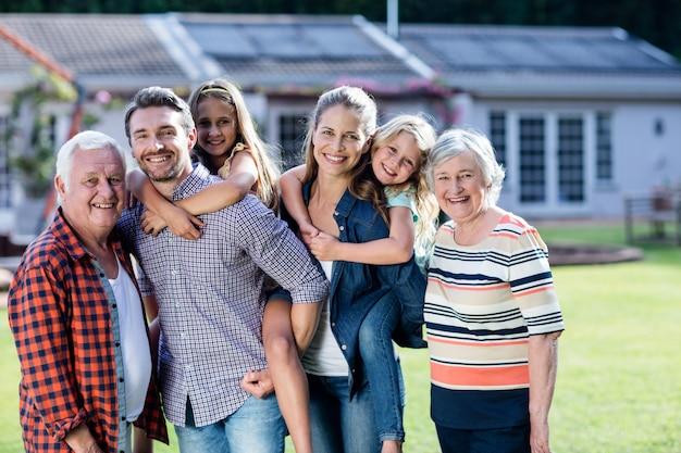 Portret wielopokoleniowa rodzinna pozycja w ogródzie