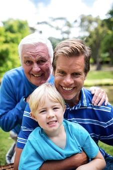 Portret wielopokoleniowy uśmiechnięty rodziny