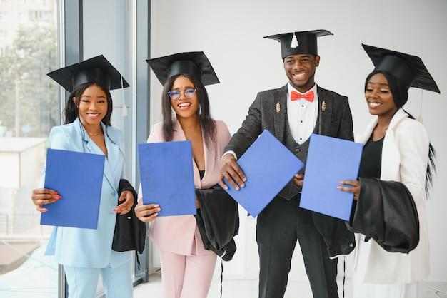 Portret wielorasowych absolwentów posiadających dyplom