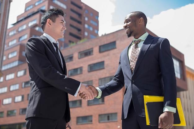 Portret wielu etnicznych biznesowych zespołu