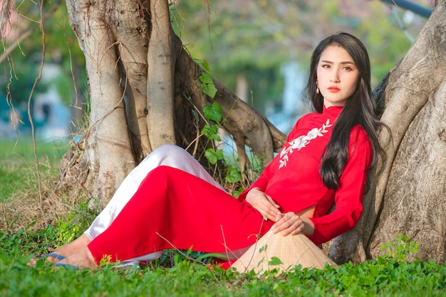 Portret wietnamski dziewczyna tradycyjna czerwona sukienka, piękna młoda kobieta azjatyckich sobie wietnam