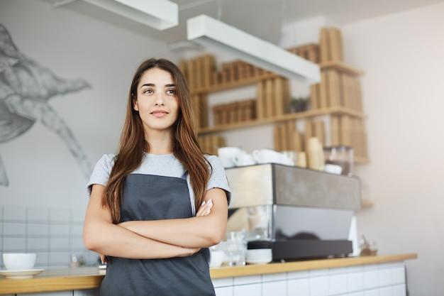 Portret właścicielki kawiarni pewnie kobieta prowadzi udany biznes w środku ruchliwego miasta.