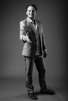 Portret włoskiego biznesmena noszącego garnitur na szaro w czerni i bieli