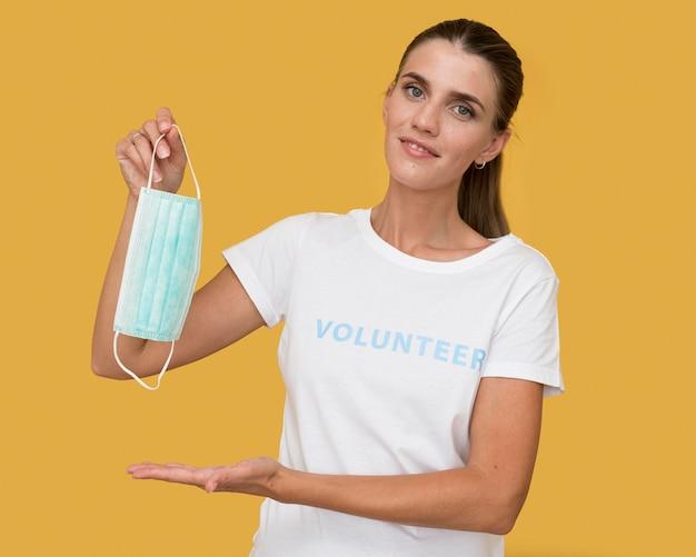 Portret wolontariusza trzymając maskę